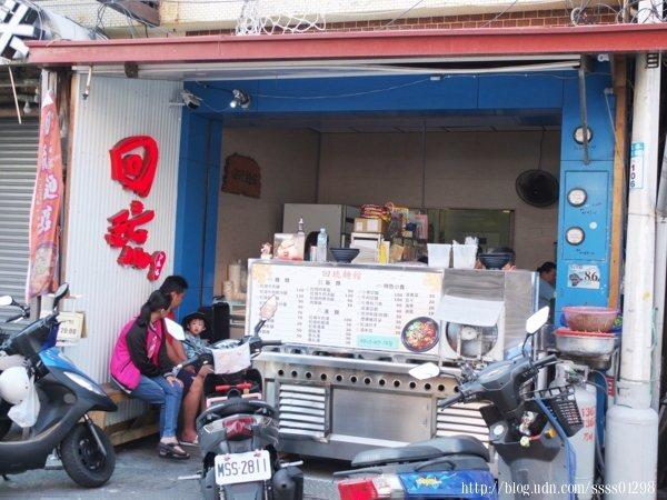 開業剛滿三年的「回琉麵館」位於美食小吃最集中的商圈地段,距離乘船的白沙尾碼頭不遠。