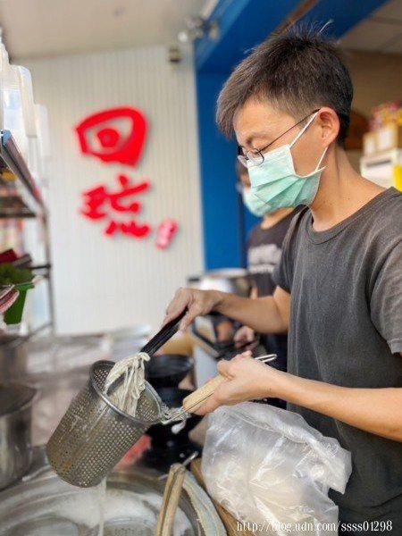 高雄人老闆8年前來到小琉球生活工作,直到3年前開了這間「回琉麵館」,也成了島上口碑良好的麵店。