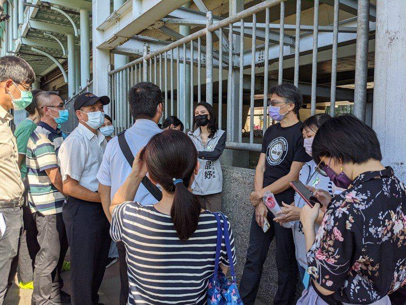 汐科火車站月台寬度太窄且又長,立委賴品妤要求增開班次,也希望能夠規劃將月台拓寬開缺口。 圖/觀天下有線電視提供
