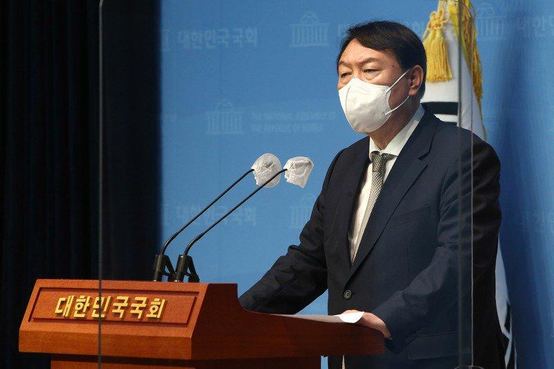 尹錫悅今年6月宣布投入南韓總統大選後頻針對外交議題失言,先是在薩德系統引起中國大陸和南韓爭議,之後又以友邦總統杜特蒂不當比喻政敵。歐新社