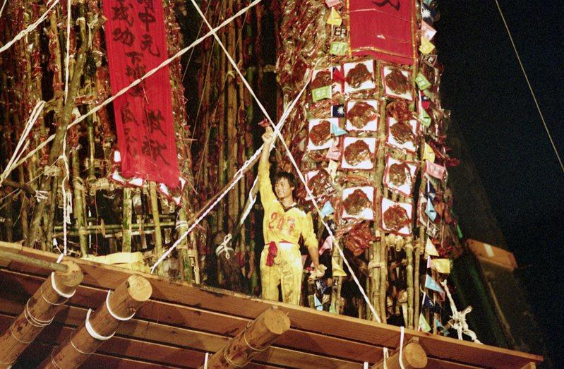 宜蘭頭城搶孤活動,傘兵出身的林義堅、從商的王振興及「欣興」隊的鍾榮皇,是頭城「搶孤」比賽的勝利者,分別得到2面順風旗及最多的金牌。圖/聯合報系資料照片