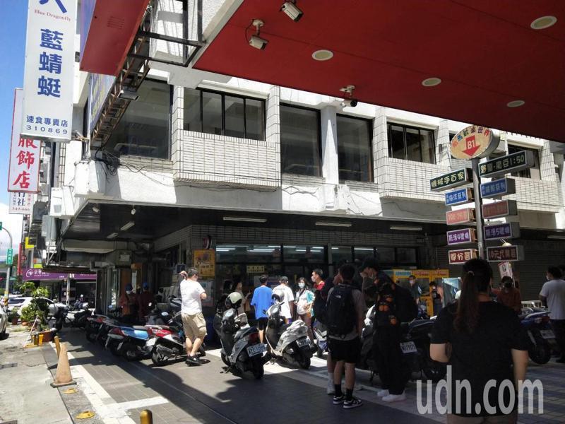 疫情穩定,台東市區也感受遊客回溫,知名餐飲店,這幾天都大排長龍。記者尤聰光/攝影