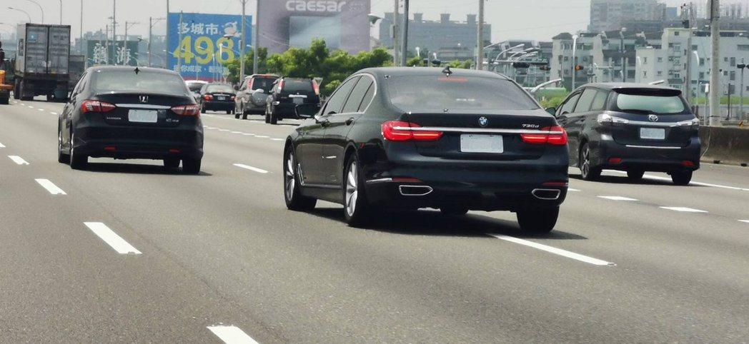 圖為車輛在高速公路上違規變換車道未使用方向燈。圖/高雄市交通局提供