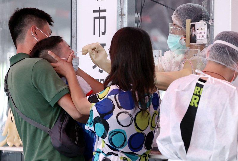 新北幼兒園群聚,家長帶小孩前往板橋江子翠篩檢站快篩,小朋友緊張到痛哭。記者侯永全/攝影