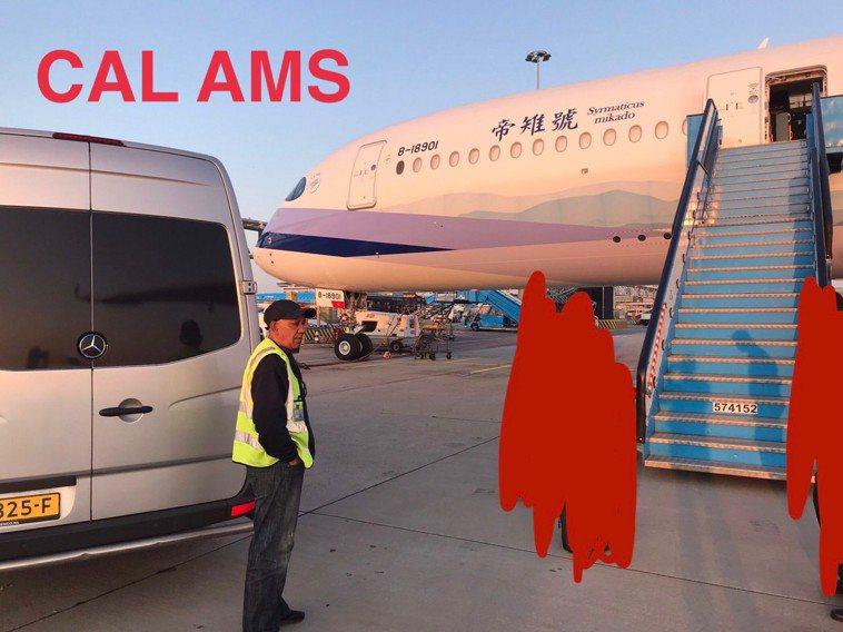搭乘阿姆斯特丹接駁車時,當地機場人員並無戴口罩。圖/桃園市機師職業工會提供