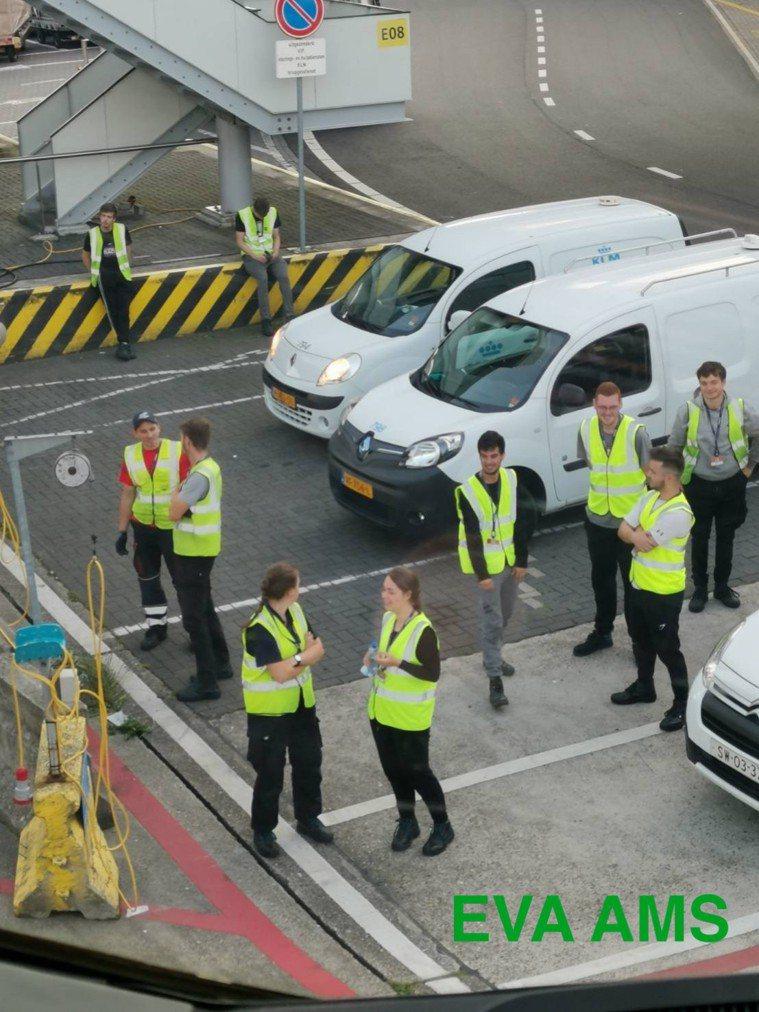 阿姆斯特丹機場人員未戴口罩。圖/桃園市機師職業工會提供