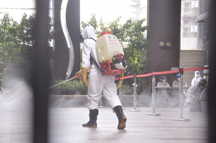 工作人員替社區中庭消毒。記者張哲郢/攝影