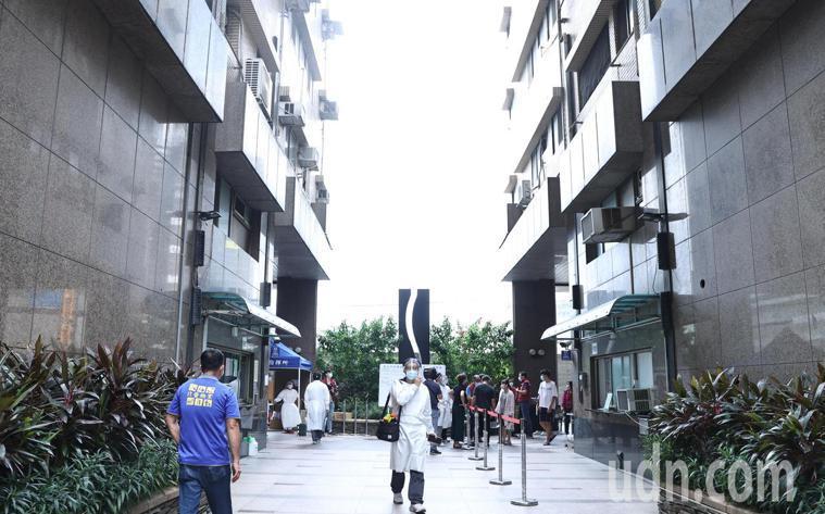 板橋某社區社區住戶今再增2人確診,新北市在社區設立指揮所及機動篩檢隊。記者侯永全...