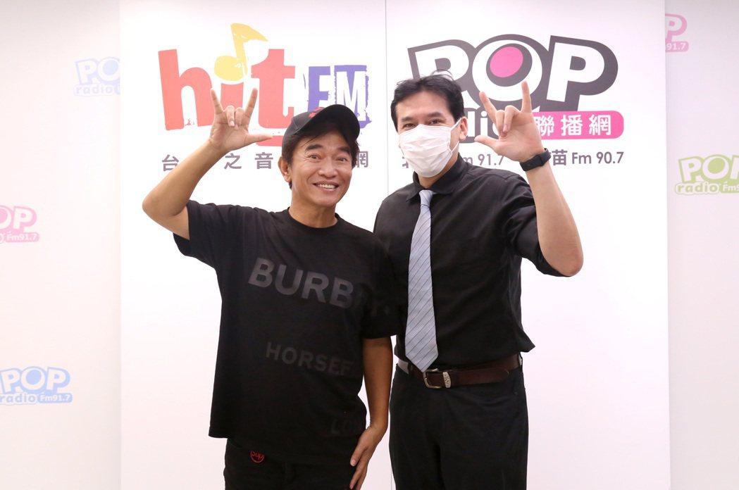 吳宗憲(左)接受POP Radio「POP撞新聞」主持人黃暐瀚訪問。圖/POP