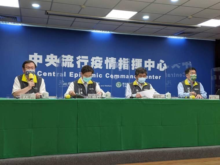 中央流行疫情指揮中心發言人莊人祥(由左至右)、專家諮詢小組召集人張上淳 、指揮官...