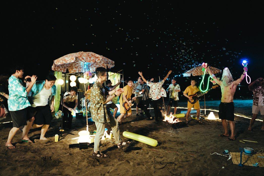 「拍謝少年」在海灘拍攝新歌「歹勢中年」MV。圖/拍謝少年提供