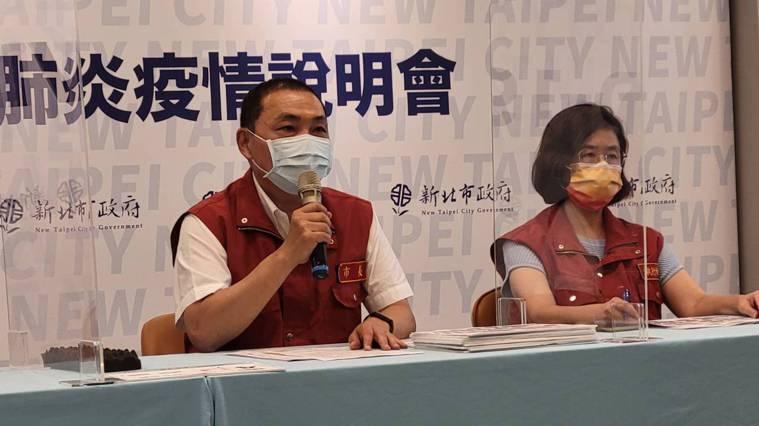 新北市長侯友宜(左)表示,截至今天上午為止總計採檢343人採檢,全數陰性,今天會...