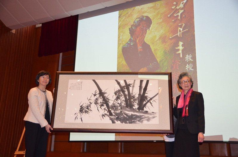 梁教授捐贈畫作,由曾淑賢館長代表接受。圖/國家圖書館提供