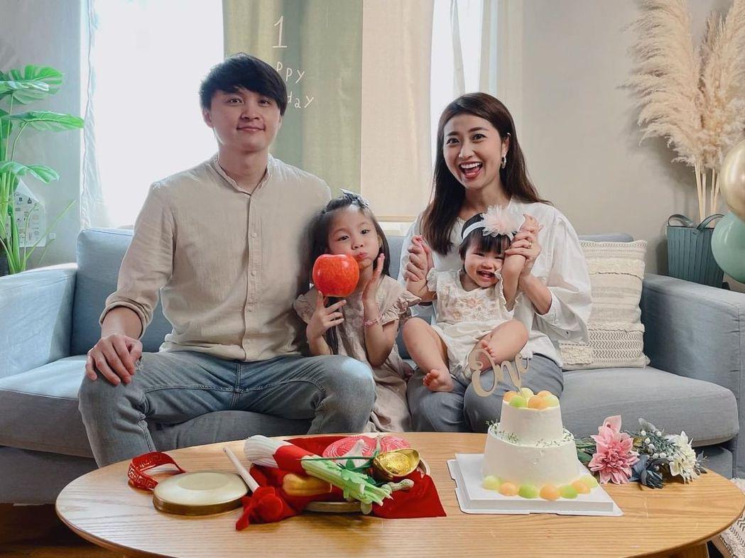 陳建瑋(左)曾考慮要拚3個小孩,目前和老婆蔓蔓(右)育有二女,決定暫緩「做人」。