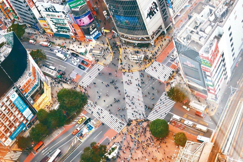 澀谷站前交叉路口,一次綠燈亮起,通過這個路口的行人可以高達三千人。(圖/張維中提供)