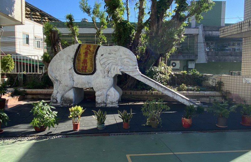 基隆暖江國小的磨石子大象溜滑梯因不符教育部遊具安全規定,校方現以花盆圍起停用。圖/暖江國小提供
