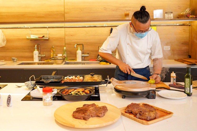 在家烤肉正夯,家樂福今年主推輕便、多功能型的電烤盤以及瓦斯卡式燒烤爐。圖/家樂福...