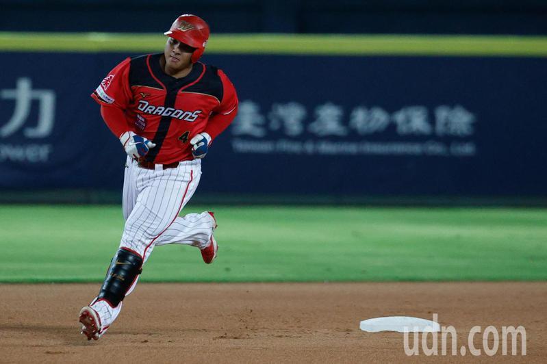 中華職棒在台中洲際棒球場的比賽,味全龍第3棒吉力吉撈.鞏冠1局上半擊出左外野壘打,帶有2分打點 。記者黃仲裕/攝影