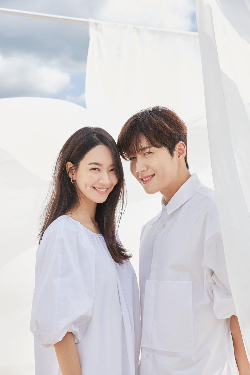 申敏兒(左)、金宣虎主演「海岸村恰恰恰」。圖/Netflix提供