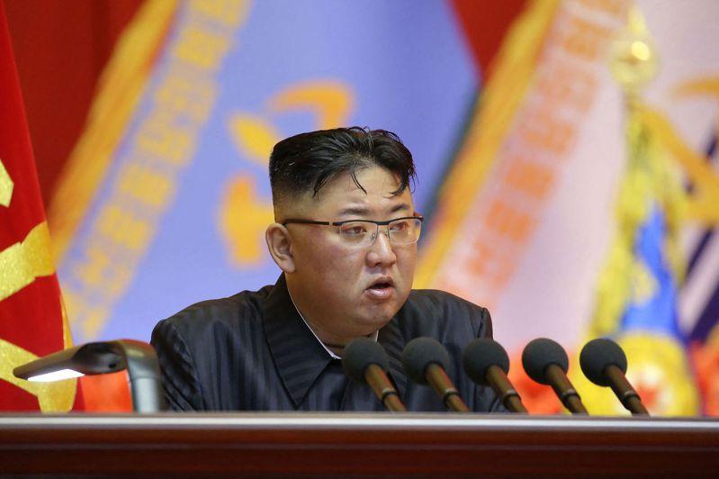 脫北者媒體每日朝鮮日前報導稱,大量北韓士兵染疫身亡消息驚動了最高領導人金正恩。法新社