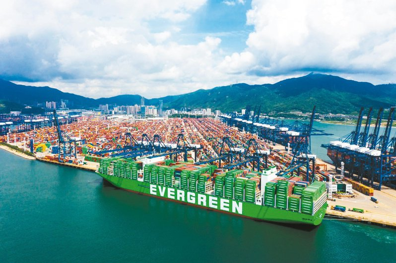長榮海運規模最大的2.4萬TEU的超級貨櫃輪「長範(Ever Ace)」。長榮海運/提供