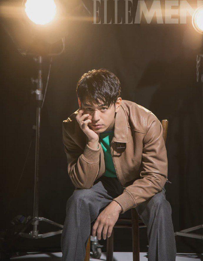 妻夫木聰身穿BOSS棕色皮革夾克、綠色拼接高領上衣和灰色長褲。圖/取自微博