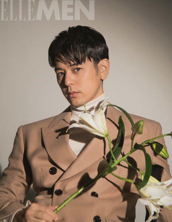 妻夫木聰身穿BOSS雙排釦西裝外套、白色高領毛衣登上中國版《ELLE MEN》。...