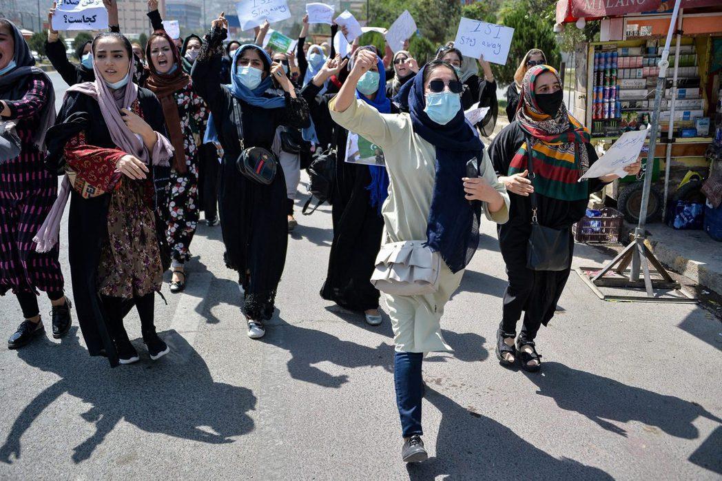 面對新政府的極端特性,以首都喀布爾為首的阿富汗都會區,陸續出現民眾自發性、並由阿...