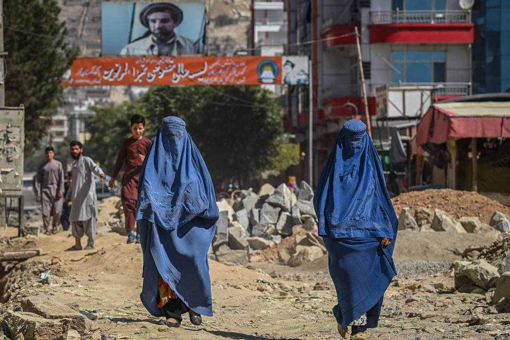 塔利班統治底下,喀布爾街頭身著布卡的女性。 圖/法新社