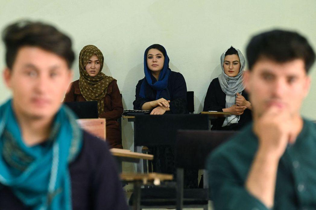 圖為喀布爾私立大學在9月6日重新開放後,回校上課的學生們。 圖/法新社