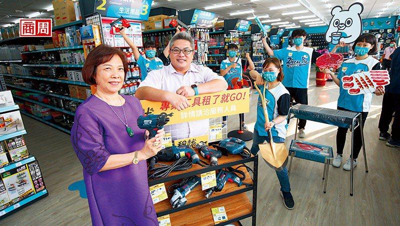 振宇五金創辦人兼董事長曾善(前排左1)從中盤商轉型零售五金超市;總經理洪國展(前排左2)則用數位管理成功讓公司在全台拓點。(攝影者.駱裕隆)