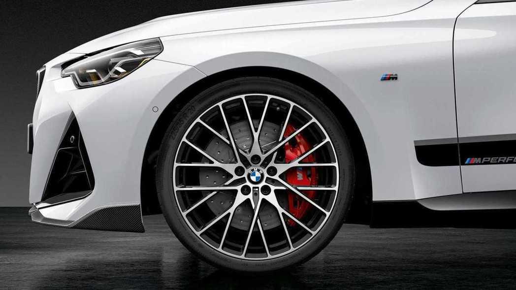 還可以選擇紅色煞車卡鉗以及不同樣式的輪圈。 圖/BMW提供