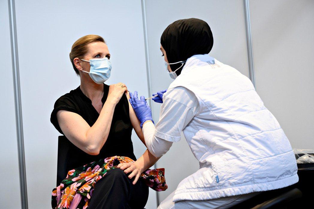 今年6月初,丹麥首相弗雷德里克森(Mette Frederiksen,左)接種COVID-19疫苗。 圖/路透社