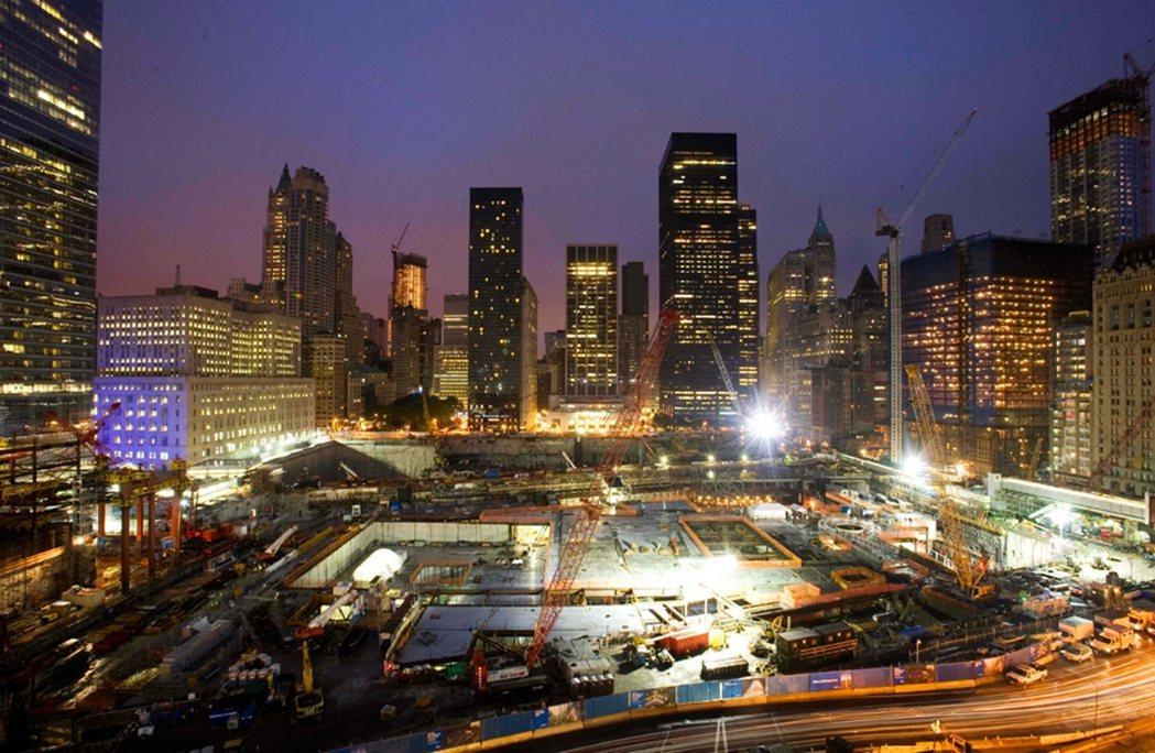 在世貿雙塔的原址,後來興建了911紀念館,圖為2009年施工的畫面。兩座塔的遺址...