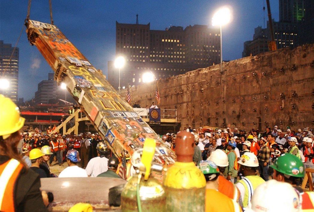2002年世貿雙塔的清理和恢復工作終於告一段落,工作人員小心地提起最後一根柱子,...
