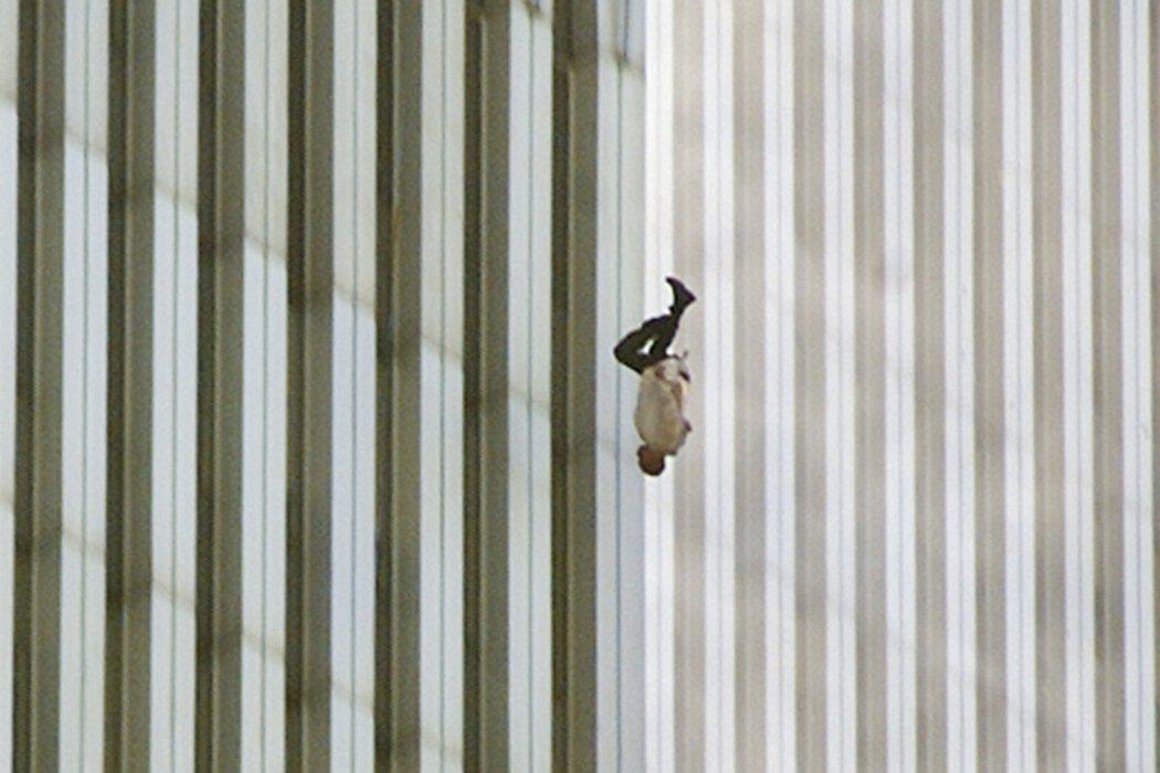 整起事件共造成 2,977人死亡,6,000多人受傷。圖為911事件當中的著名照...
