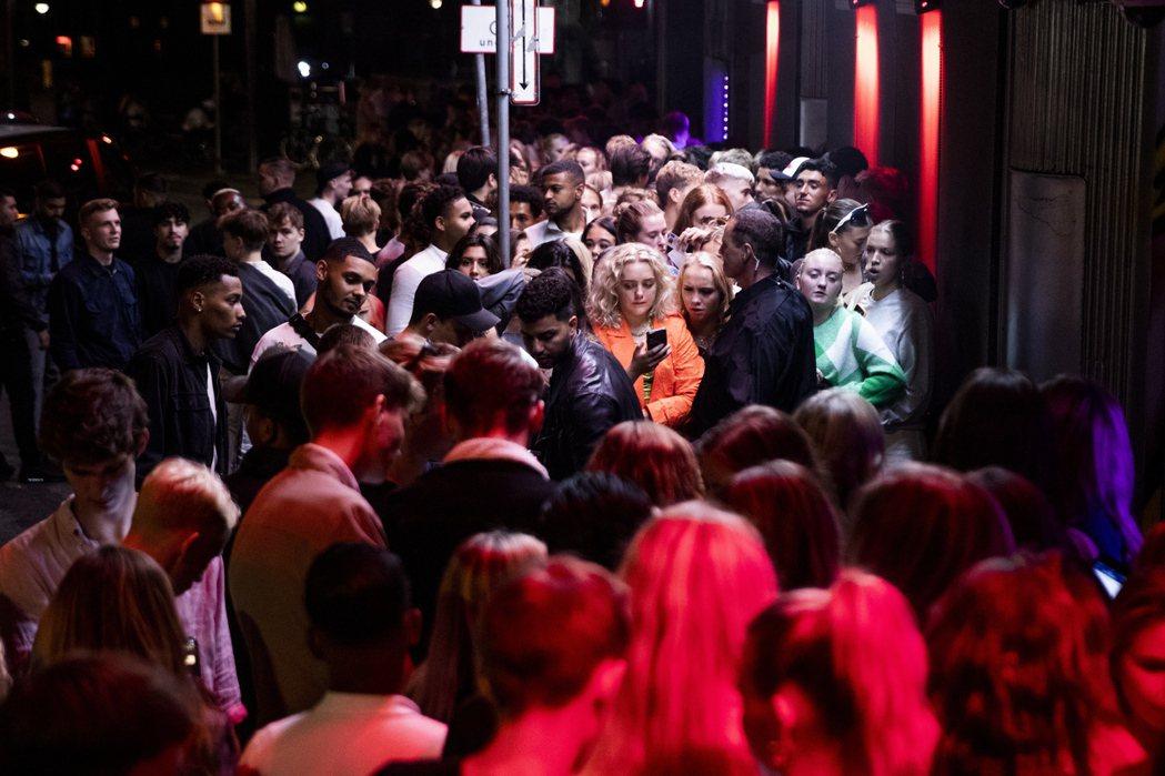 8月中,丹麥政府宣布取消大眾交通工具一公尺的社交距離,同時不必再戴口罩、9月初夜總會與酒吧等夜生活場合重新開放。圖為9月初丹麥首都哥本哈根夜晚重新開放後街景。 圖/歐新社