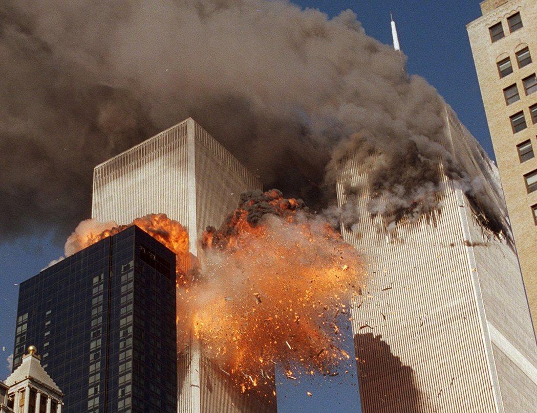 早晨8點46分與9點03分,兩架遭挾持的飛機分別撞入紐約世界貿易中心的北塔與南塔...