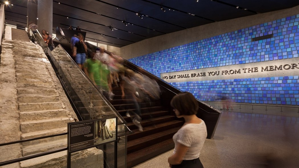 在紀念館入口與出口的階梯上,放著詩人維吉爾(Virgil)的詩句:「沒有一天能把...