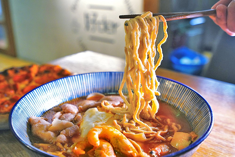 鍋燒麵湯頭濃郁、真材實料,擁有魔性的庶民魅力。 圖/Cindy Lee 攝影