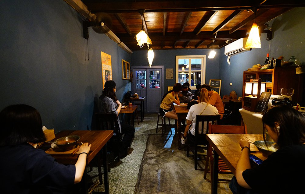 傳承整修外公的老房子,與咖啡館共用空間,詩晴不在乎翻桌率,鼓勵客人慢慢吃麵、慢慢...