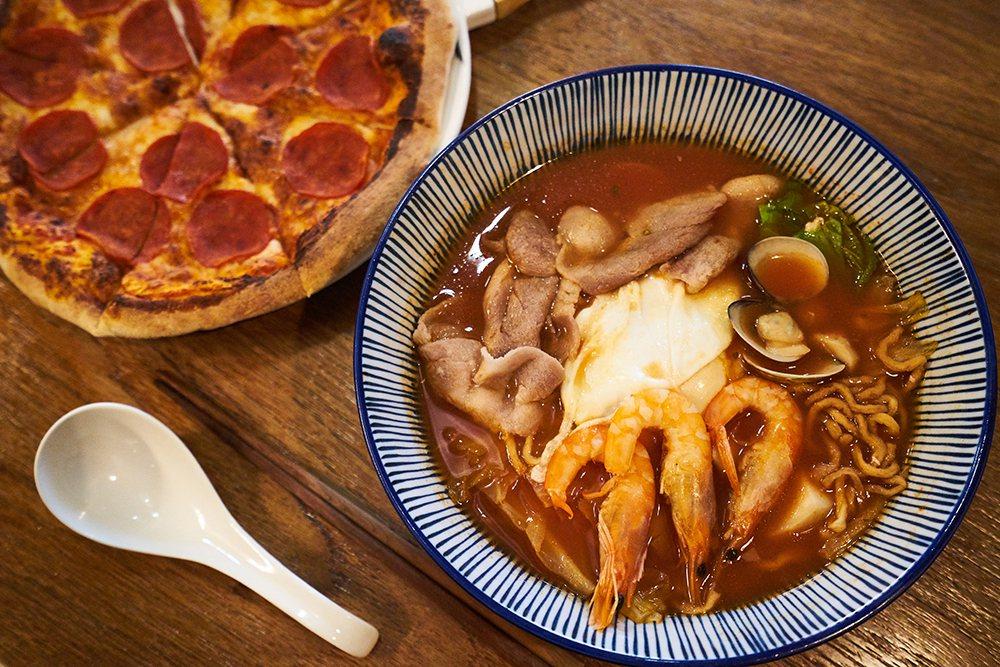 臘腸狗比薩搭配番茄意麵,一口臺灣味、一口義大利風情,一次滿足雙重享受。 圖/Ci...