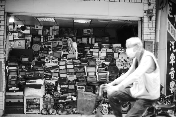 實力派女星林予晞首度替新書《BeLong》拍攝黑白創作作品,紀錄中山區巷弄風景。