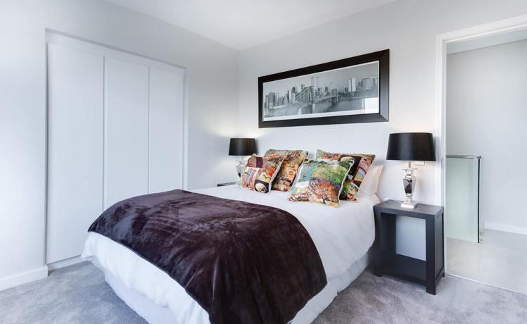 內嵌式的衣櫃,可以讓生活動線更舒暢,減少臥室臨亂感。圖/摘自pexels