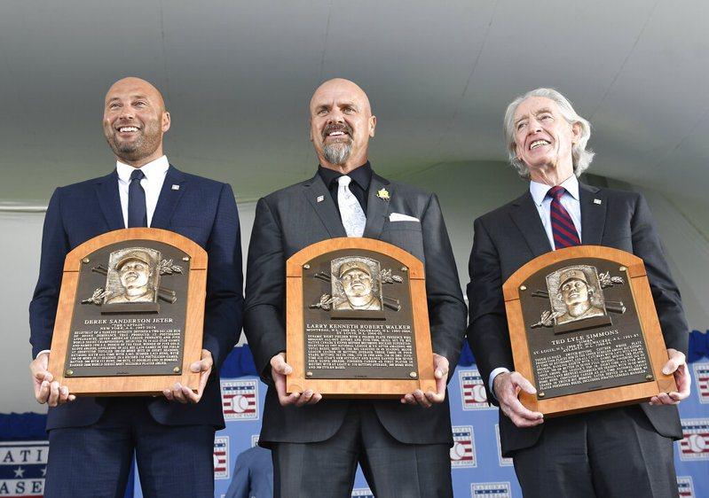 洋基隊退役球星基特、洛磯隊重砲渥克、紅雀隊西蒙斯(由左至右)親自出席盛會。 美聯社