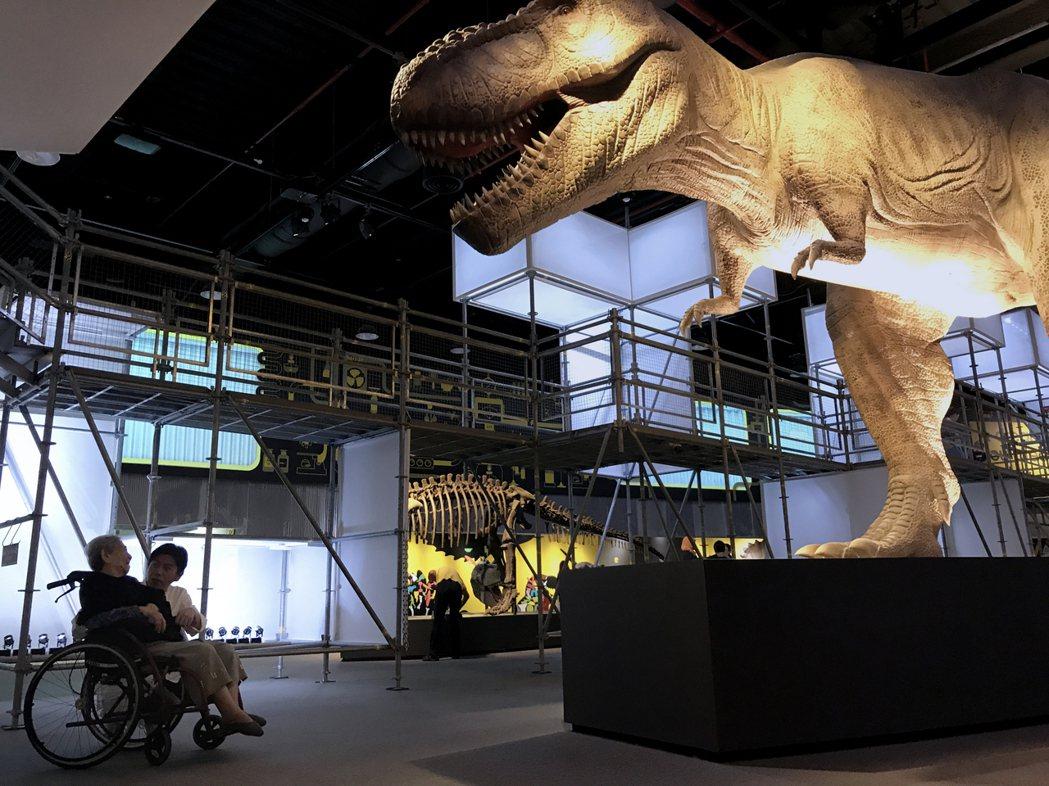 梁浩軒辦恐龍展時,推著阿嬤輪椅看展覽。圖/啟藝提供