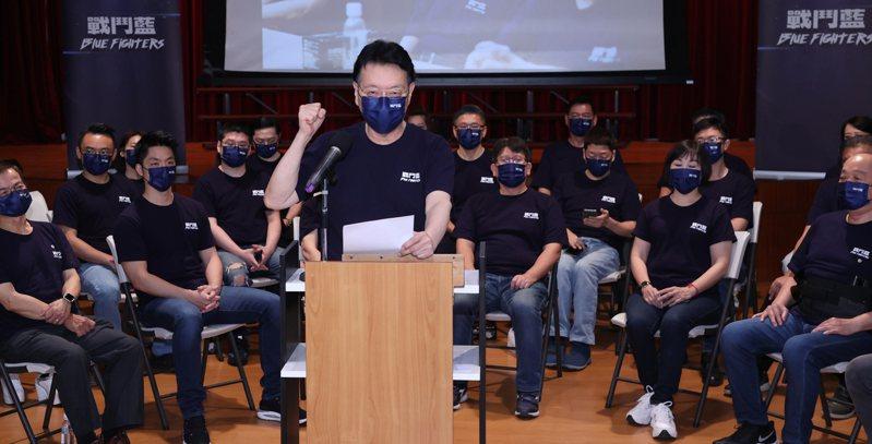 中廣董事長趙少康(中)號召成立「戰鬥藍」成軍,上午公布行動宣言與名單,表示不能讓民進黨的民粹魔咒繼續傷害台灣。記者曾學仁/攝影