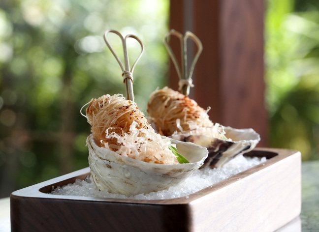 T+T 餐酒館,經典菜色「生蠔|麵線|蒜泥」。記者林澔一/攝影