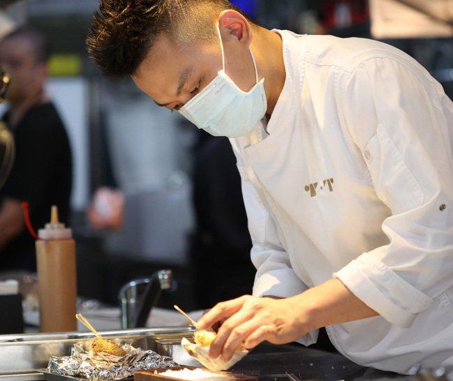 T+T 主廚蔡元善,透過Fine Dining 的法料烹調技法,將多元的各式亞洲...