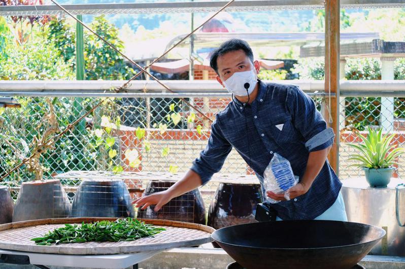花間茶語第三代經營者李維返鄉近10年,不僅專研製茶技術,更推廣茶葉體驗(攝影/吉米)